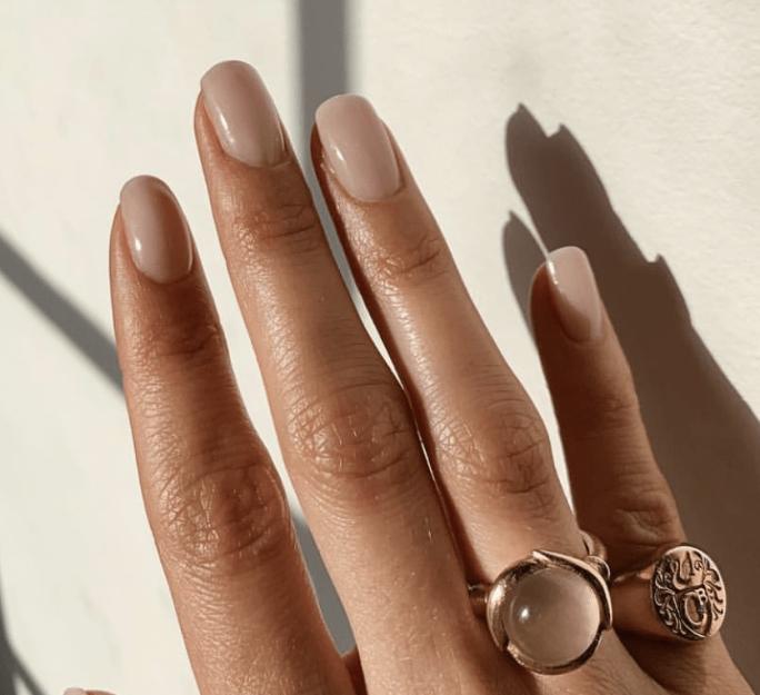 Conoce los colores de uñas que rejuvenecen tus manos al solo efecto del ojo.